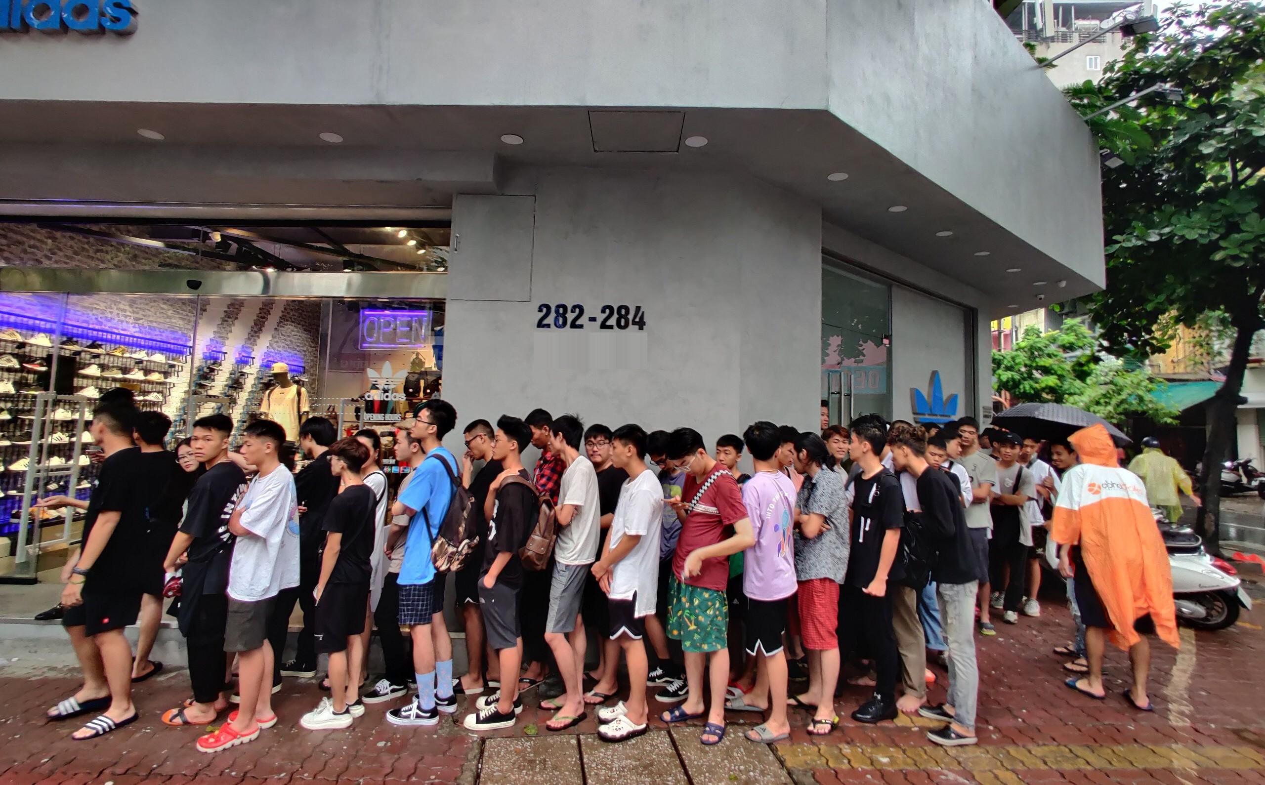 Hà Nội: Hàng trăm khách xếp hàng 2 ngày chờ mua mẫu giày Adidas siêu