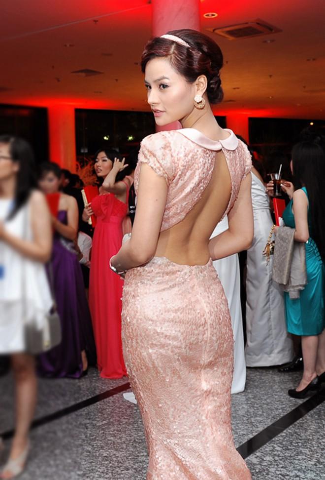 Vẻ nóng bỏng của cựu siêu mẫu thẳng thắn chê bai việc ăn mặc phản cảm của Ngọc Trinh - Ảnh 8.