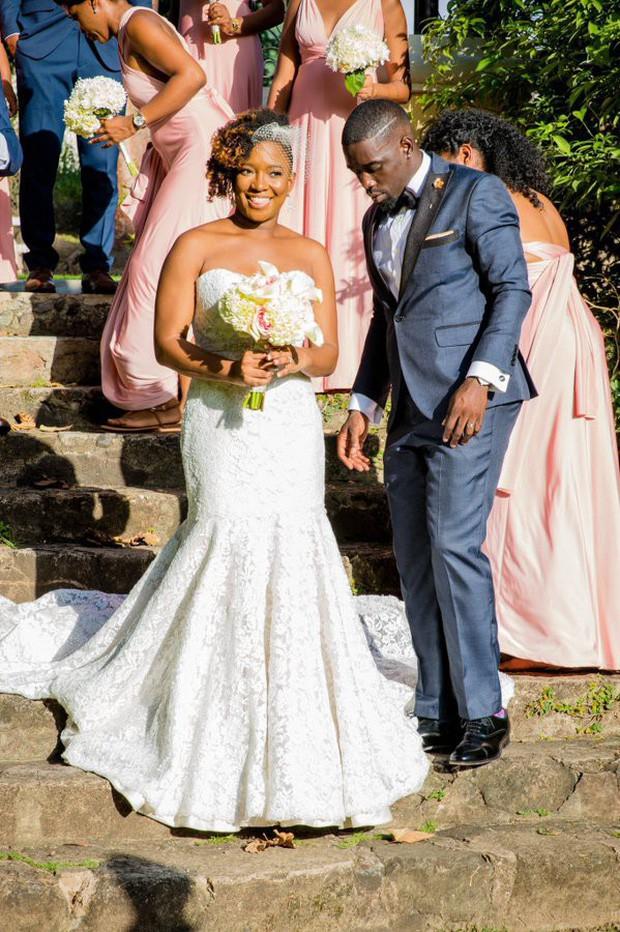 Chú rể buồn bã đăng ảnh lễ cưới thiếu 70 khách nhưng vòng 3 kỳ lạ của cô dâu lại gây chú ý hơn cả - Ảnh 2.