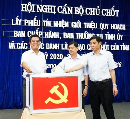 Bí thư Tỉnh ủy Khánh Hòa lấy lý do sức khỏe để xin nghỉ hưu trước tuổi - Ảnh 1.