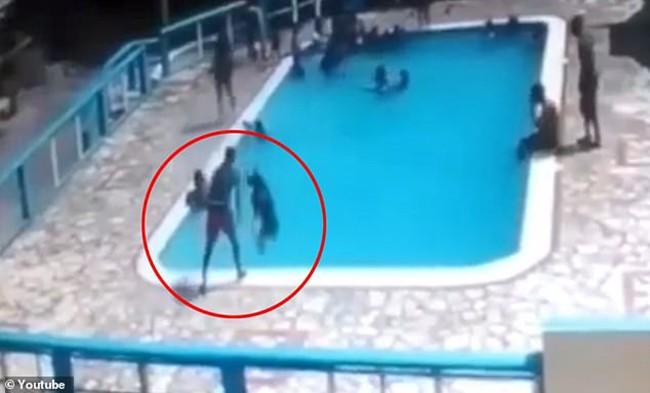 Đau lòng khoảnh khắc cậu bé 16 tuổi dìm crush xuống bể bơi để trêu đùa mà không biết cô bé đã chới với cho đến chết - Ảnh 2.