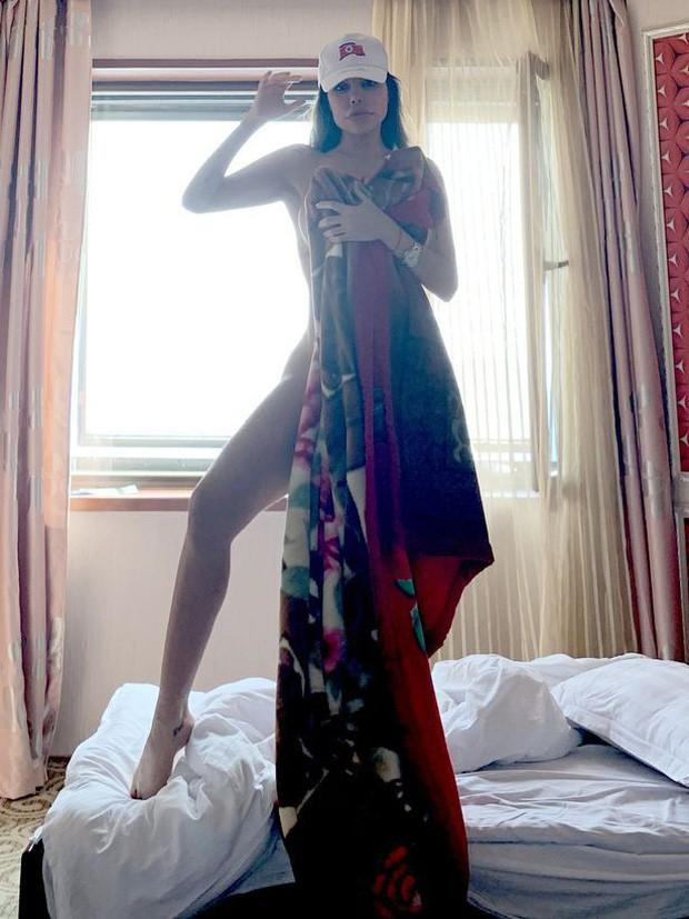 Gây tranh cãi nhất phải kể tới việc chụp ảnh khỏa thân trong khách sạn.