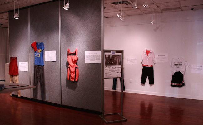 Bỉ mở triển lãm những trang phục của nạn nhân hiếp dâm để chứng minh việc ăn mặc thế nào không hề là nguyên nhân khiến phụ nữ bị cưỡng bức - Ảnh 7.