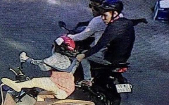 Nhóm cướp tuổi teen phóng xe đuổi theo trêu ghẹo gái, ép xe cướp điện thoại