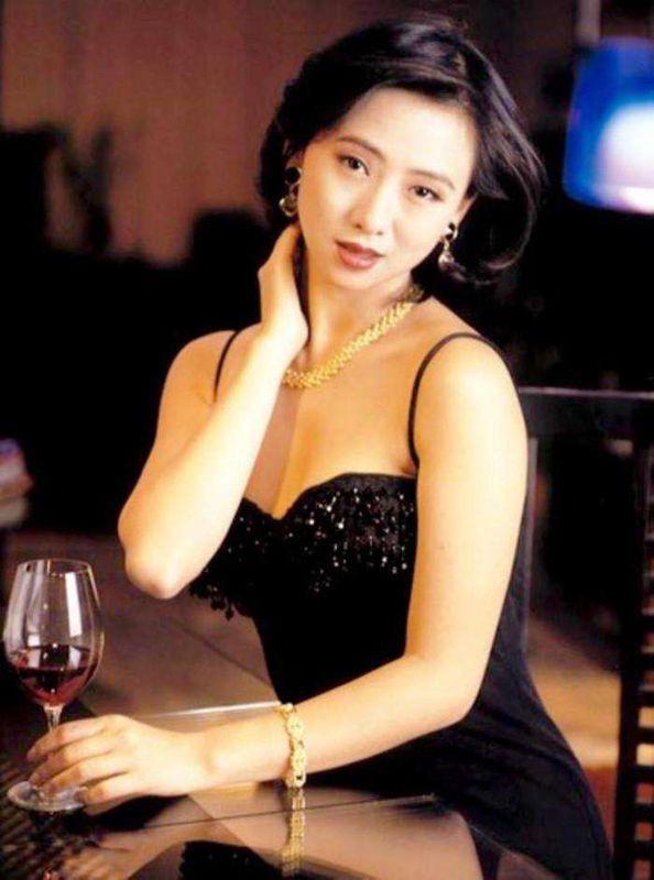 Nữ hoàng 18+ Hong Kong: Tủi nhục bị chồng đuổi khỏi nhà, hối hận vì đóng phim cấp ba - Ảnh 1.