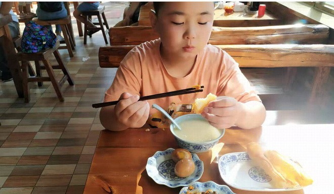 Cậu bé liên tục ăn 5 bữa một ngày để tăng cân cấp tốc, lý do vừa cảm động vừa xót xa - Ảnh 2.