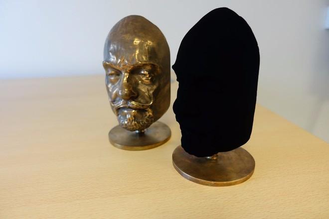 Các nhà khoa học vừa tình cờ phát hiện loại vật chất tối nhất thế giới, hơn cả Vantablack, có thể hấp thụ tới 99,995 % ánh sáng - Ảnh 1.