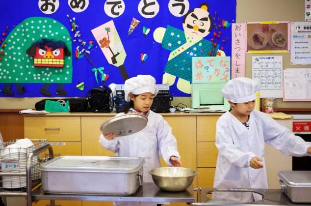 Tận mắt chứng kiến bữa trưa của học sinh Nhật Bản, càng thêm ngưỡng mộ đất nước này đối với thế hệ tương lai - Ảnh 3.