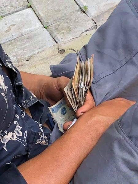 Anh bán hoa quả ngủ gục bên lề đường, tay vẫn cầm xấp tiền lẻ khiến nhiều người xót xa - Ảnh 3.