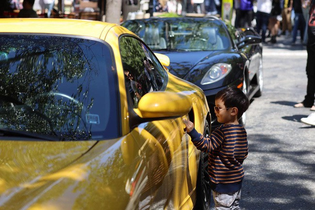 Vợ Đan Trường lái siêu xe 20 tỷ đưa con trai đi dạo - Ảnh 3.