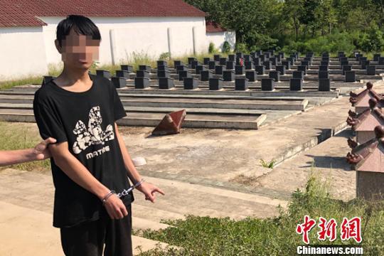 Nam thanh niên ra nghĩa trang bật nắp mộ, dùng điện thoại của người chết làm việc bất ngờ - Ảnh 1.