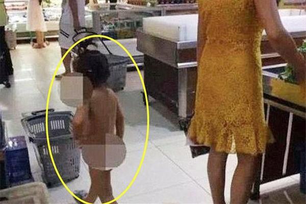 Mẹ dẫn con gái không mặc gì đi siêu thị, mọi người sốc đặt câu hỏi Không biết người mẹ đang nghĩ gì? - Ảnh 1.