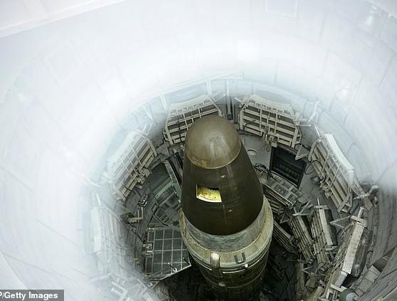 Máy bay do thám Nga thảnh thơi chụp ảnh căn cứ tên lửa hạt nhân tối mật của Mỹ - Ảnh 3.