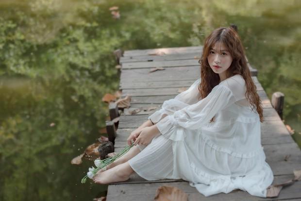 Nữ sinh ĐH Tôn Đức Thắng gây thương nhớ với vẻ ngoài xinh xắn khi diện áo dài hồng cánh sen nổi bật ngày khai giảng - ảnh 4