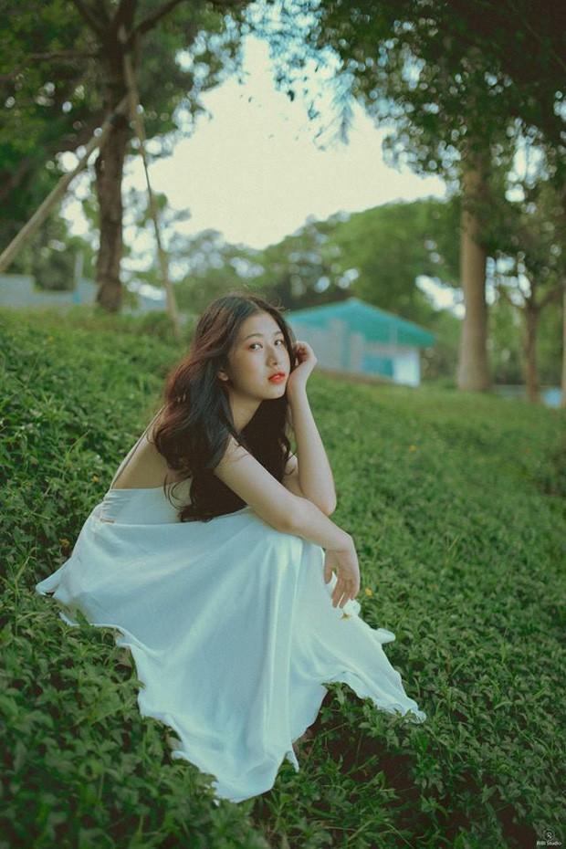 Nữ sinh ĐH Tôn Đức Thắng gây thương nhớ với vẻ ngoài xinh xắn khi diện áo dài hồng cánh sen nổi bật ngày khai giảng - ảnh 5