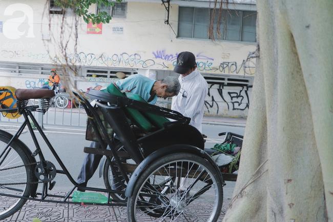 Chuyện người con trai 76 tuổi đạp xích lô nuôi mẹ già: Tiền dùng hết rồi có thể kiếm lại, chứ mẹ mình chỉ có một mà thôi - Ảnh 6.