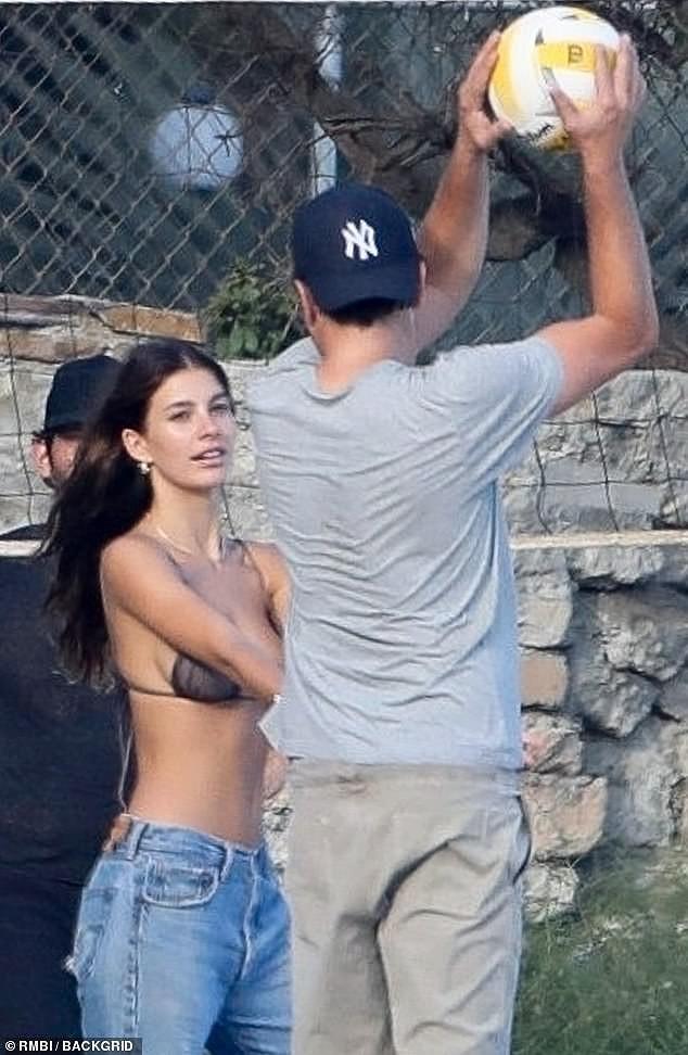 Bạn gái kém 22 tuổi của Leonardo DiCaprio mặc áo bơi bé xíu, khoe ngực gợi cảm - Ảnh 1.