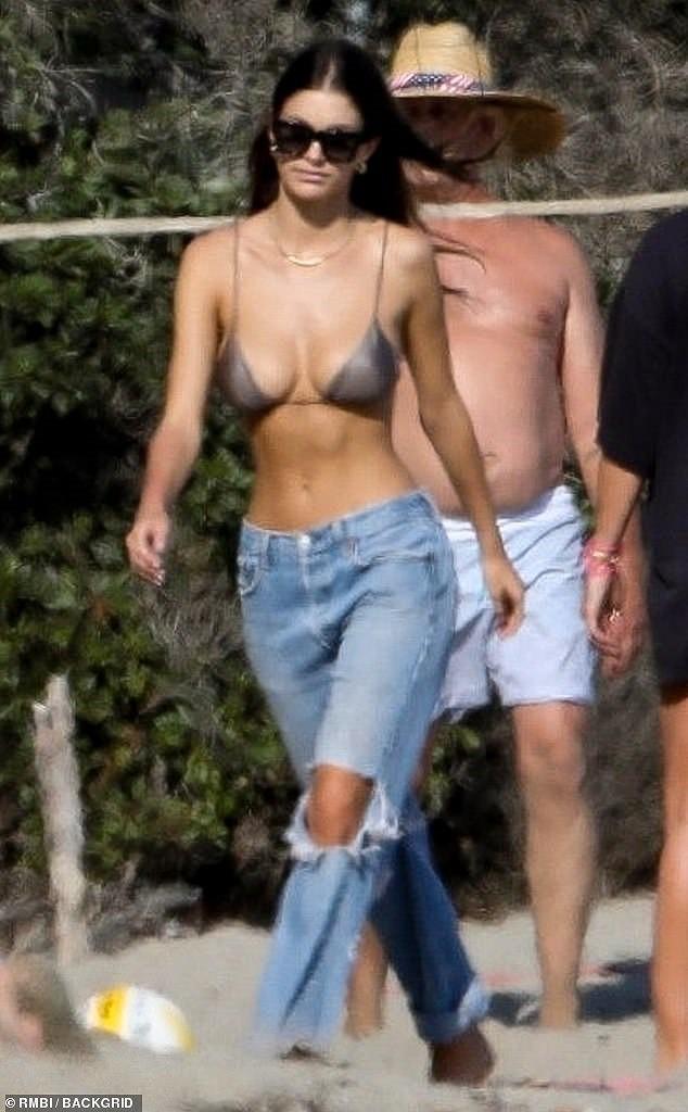 Bạn gái kém 22 tuổi của Leonardo DiCaprio mặc áo bơi bé xíu, khoe ngực gợi cảm - Ảnh 2.