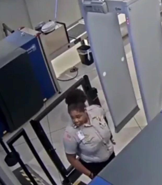 Nữ nhân viên sân bay Mỹ bày trò giễu cợt ngoại hình hành khách khiến dân mạng phẫn nộ - Ảnh 5.