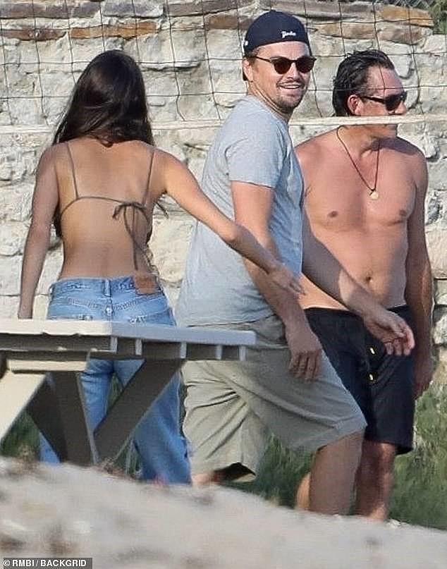 Bạn gái kém 22 tuổi của Leonardo DiCaprio mặc áo bơi bé xíu, khoe ngực gợi cảm - Ảnh 4.