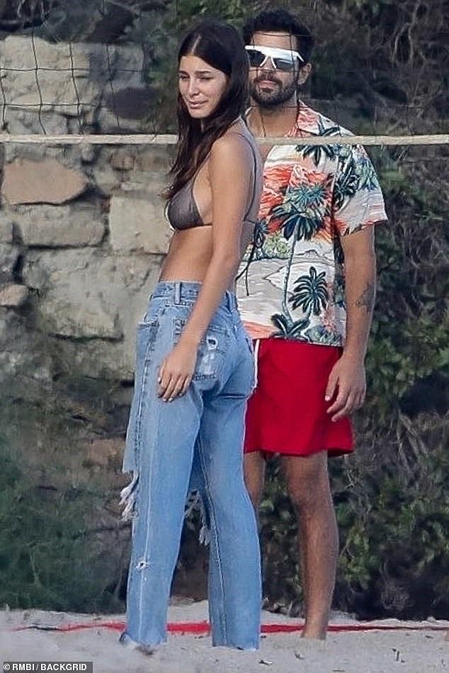Bạn gái kém 22 tuổi của Leonardo DiCaprio mặc áo bơi bé xíu, khoe ngực gợi cảm - Ảnh 5.