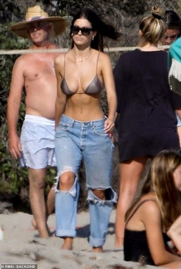 Bạn gái kém 22 tuổi của Leonardo DiCaprio mặc áo bơi bé xíu, khoe ngực gợi cảm - Ảnh 6.