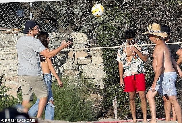 Bạn gái kém 22 tuổi của Leonardo DiCaprio mặc áo bơi bé xíu, khoe ngực gợi cảm - Ảnh 7.