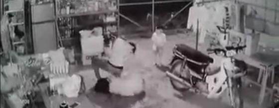Khởi tố vụ chồng đánh, dìm vợ xuống hồ bơi của gia đình ở Tây Ninh - Ảnh 1.