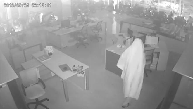 """Truy tìm tên trộm """"bóng ma"""" đột nhập cửa hàng xe máy cuỗm hàng trăm triệu đồng  - Ảnh 1."""
