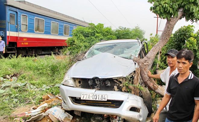 Lái xe thoát chết trong gang tấc khi tàu khách tông ô tô du lịch - Ảnh 1.
