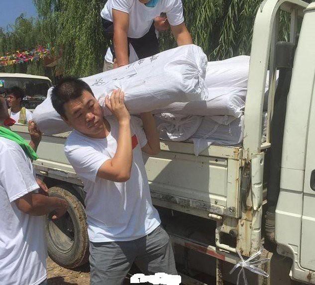 Vua hài Trung Quốc gia sản trăm tỷ, anh ruột bán hàng rong kiếm sống qua ngày - Ảnh 1.