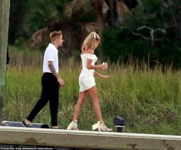 1 thập kỷ đã biến Hailey Baldwin từ fan cuồng ship Jelena thành cô dâu nắm tay Justin Bieber vào lễ đường như thế nào? - Ảnh 20.