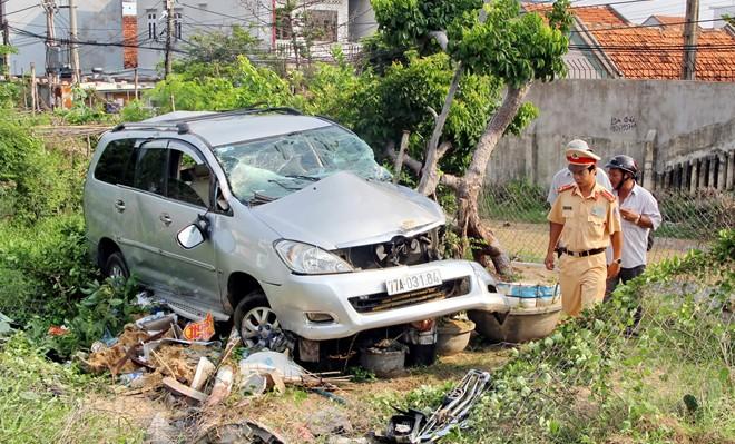 Lái xe thoát chết trong gang tấc khi tàu khách tông ô tô du lịch - Ảnh 2.