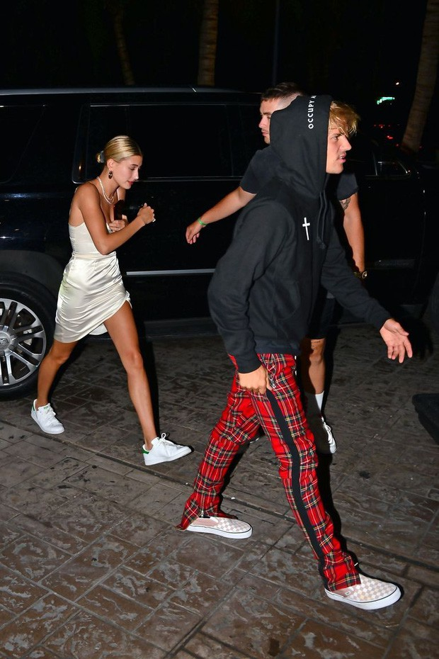 1 thập kỷ đã biến Hailey Baldwin từ fan cuồng ship Jelena thành cô dâu nắm tay Justin Bieber vào lễ đường như thế nào? - Ảnh 9.