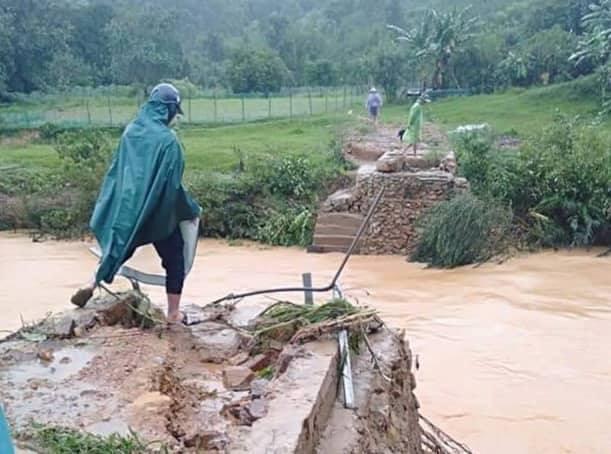 Hà Tĩnh: Mưa lớn suốt 3 ngày, thủy điện xả lũ, 6 xã bị cô lập, 4 cặp vợ chồng trú ẩn trong rừng - Ảnh 3.