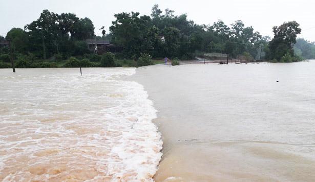 Hà Tĩnh: Mưa lớn suốt 3 ngày, thủy điện xả lũ, 6 xã bị cô lập, 4 cặp vợ chồng trú ẩn trong rừng - Ảnh 1.