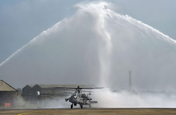 Ấn Độ đưa vào biên chế trực thăng tấn công Apache - ảnh 1