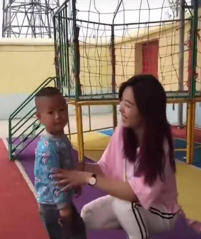 """Bé trai liên tục """"tấn công"""", đòi hôn môi cô giáo xinh đẹp nhưng phản ứng của cô đã khiến nhiều người bất ngờ - Ảnh 2."""