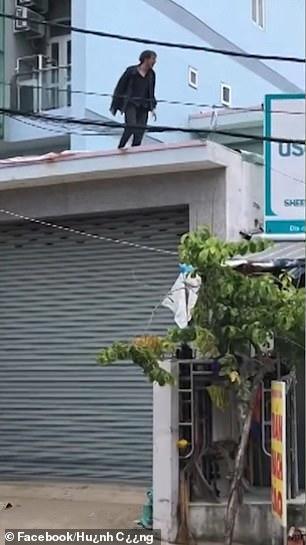 Sang Việt Nam du lịch, chàng trai Ireland leo lên tòa nhà cao tầng rồi buông tay khiến dân tình sợ xanh mặt - Ảnh 4.