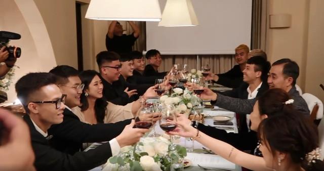 Đại gia đình Minh Nhựa bị bắt lỗi thanh lịch khi thần thái sang chảnh nhưng cách cầm ly rượu lại kém sang thế này - Ảnh 1.