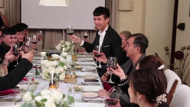 Đại gia đình Minh Nhựa bị bắt lỗi thanh lịch khi thần thái sang chảnh nhưng cách cầm ly rượu lại kém sang thế này - Ảnh 2.