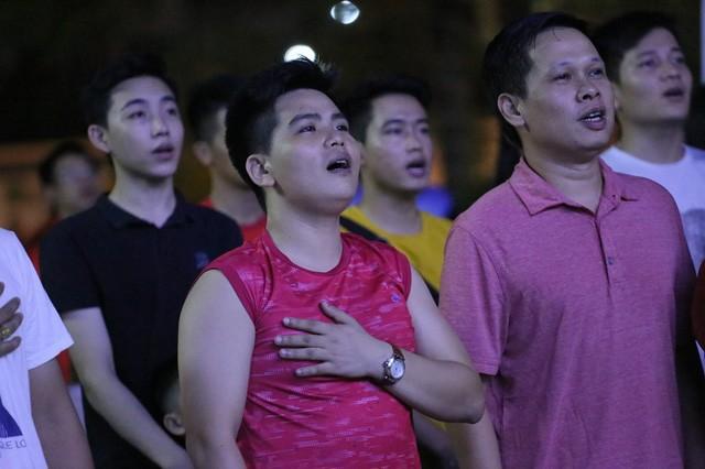CĐV Thủ đô cháy hết mình cổ vũ, tin Việt Nam sẽ thắng 1-0 trước Thái Lan - Ảnh 1.