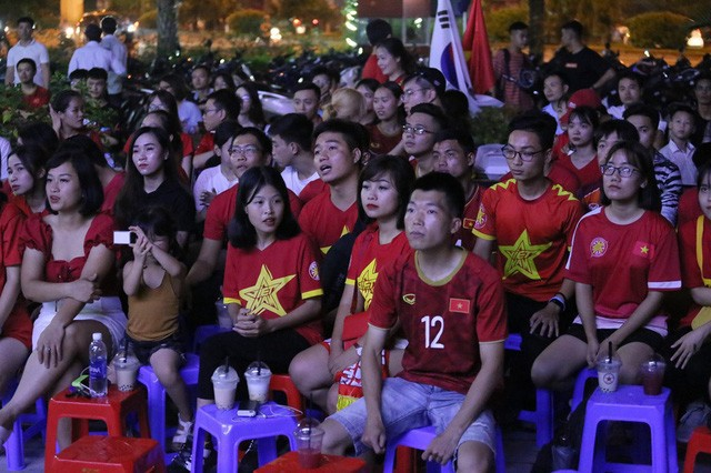 CĐV Thủ đô cháy hết mình cổ vũ, tin Việt Nam sẽ thắng 1-0 trước Thái Lan - Ảnh 10.