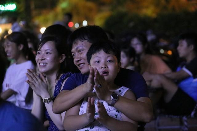 CĐV Thủ đô cháy hết mình cổ vũ, tin Việt Nam sẽ thắng 1-0 trước Thái Lan - Ảnh 11.