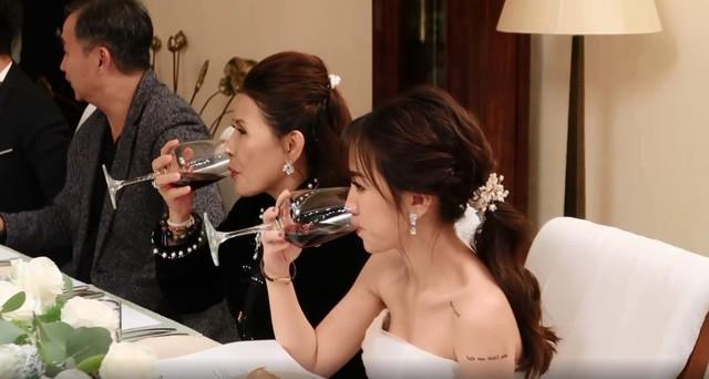 Đại gia đình Minh Nhựa bị bắt lỗi thanh lịch khi thần thái sang chảnh nhưng cách cầm ly rượu lại kém sang thế này - Ảnh 3.