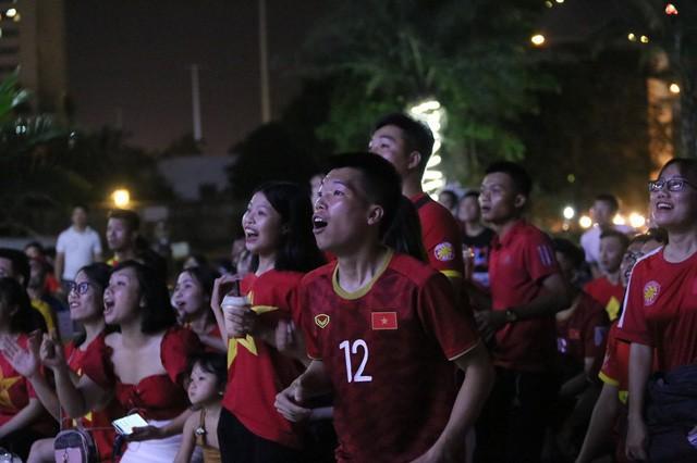 CĐV Thủ đô cháy hết mình cổ vũ, tin Việt Nam sẽ thắng 1-0 trước Thái Lan - Ảnh 2.