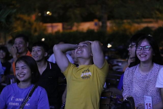 CĐV Thủ đô cháy hết mình cổ vũ, tin Việt Nam sẽ thắng 1-0 trước Thái Lan - Ảnh 3.