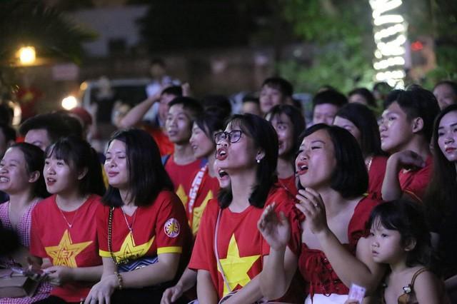 CĐV Thủ đô cháy hết mình cổ vũ, tin Việt Nam sẽ thắng 1-0 trước Thái Lan - Ảnh 4.