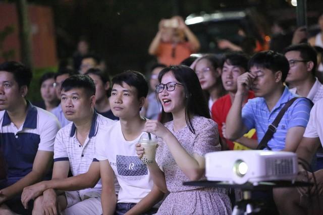 CĐV Thủ đô cháy hết mình cổ vũ, tin Việt Nam sẽ thắng 1-0 trước Thái Lan - Ảnh 5.
