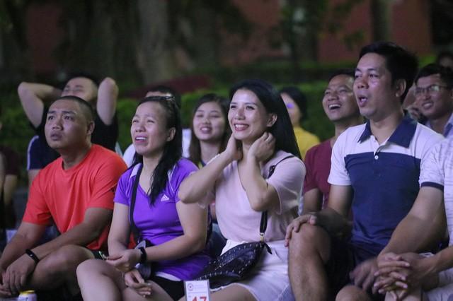 CĐV Thủ đô cháy hết mình cổ vũ, tin Việt Nam sẽ thắng 1-0 trước Thái Lan - Ảnh 6.